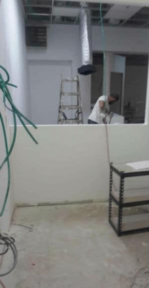 מחיצות גבס בעבודה הכוללת קירות, תקרות ועוד