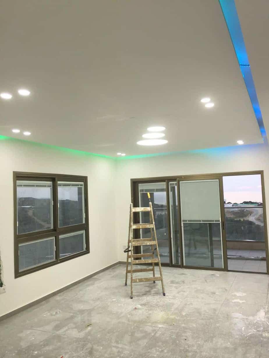 עבודות גבס ותקרה צפה בשילוב תאורה נסתרת וגלויה