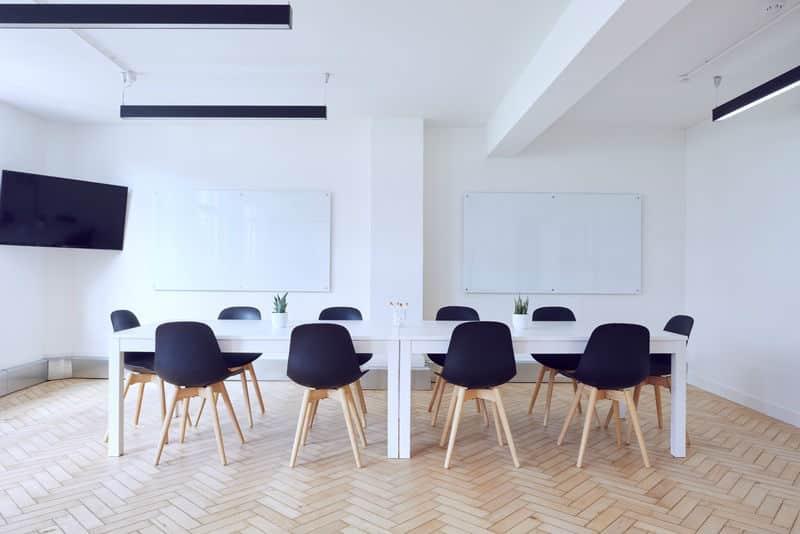 צביעת חדר ישיבות במשרד
